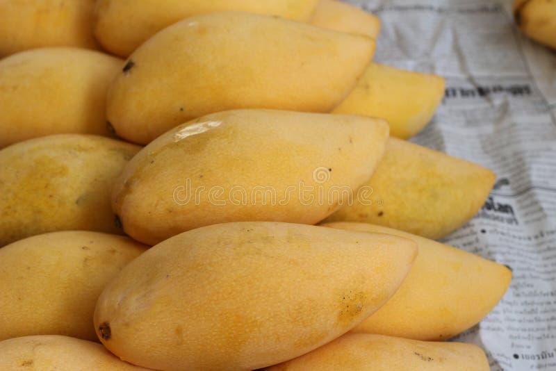 Reife Mango im Markt stockbilder