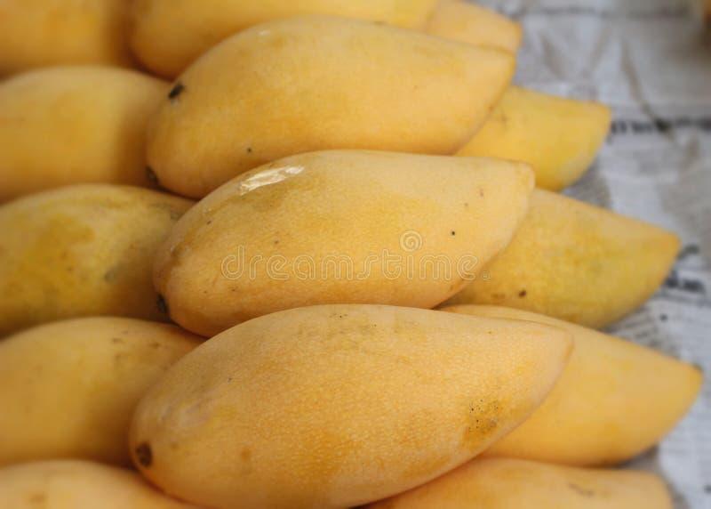 Reife Mango im Markt lizenzfreie stockfotografie