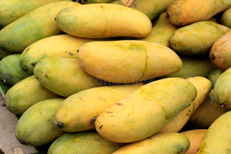 Reife Mango im Markt lizenzfreie stockfotos