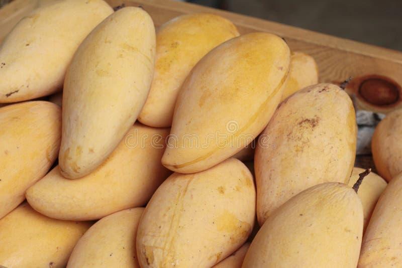 Reife Mango im Markt lizenzfreies stockfoto