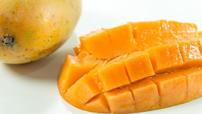 Reife Mangos im weißem Hintergrund/in Scheibenmango zu essen stockfotografie