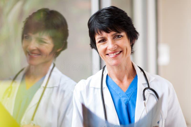 Reife medizinische Arbeitskraft stockbild