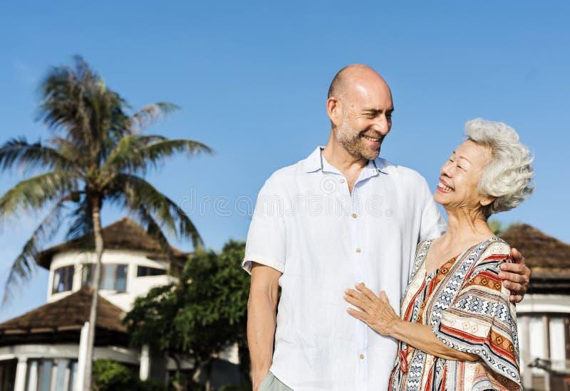 Reife Mutter und Sohn am Strand lizenzfreie stockfotografie