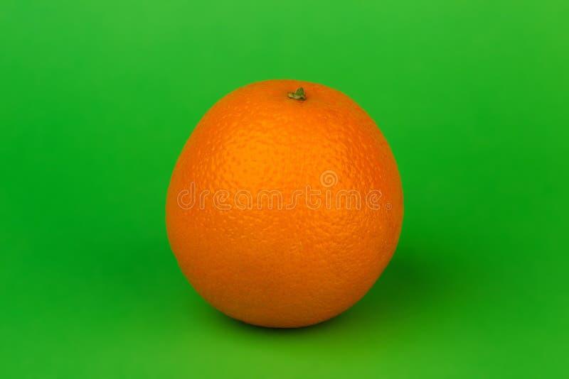 Reife Orange auf einem grünen Hintergrund lizenzfreie stockfotos