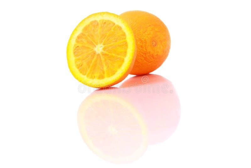 Reife orange Früchte, getrennt auf Weiß stockbilder
