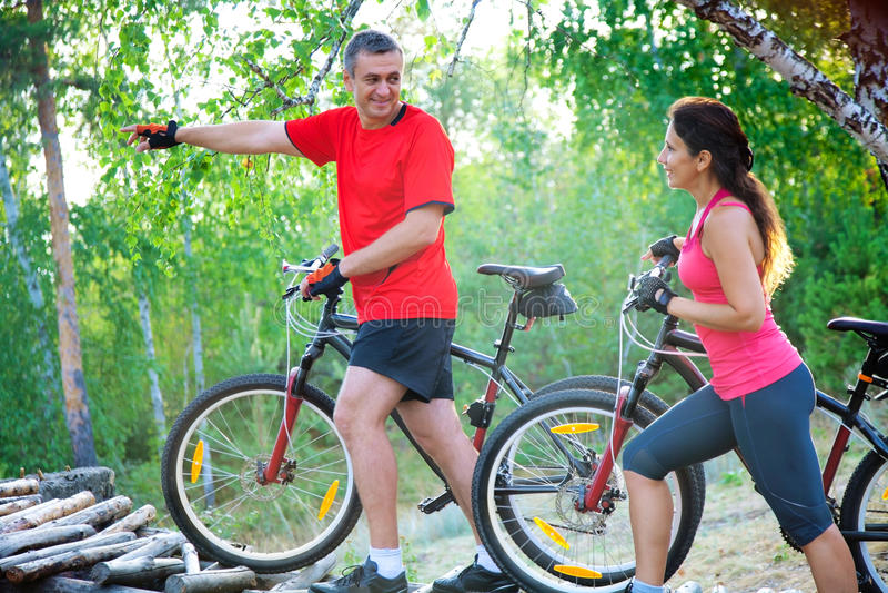 Reife Paare auf Fahrrad lizenzfreie stockfotos