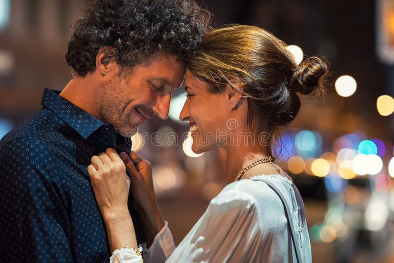 Reife Paare in der Liebe nachts stockbild