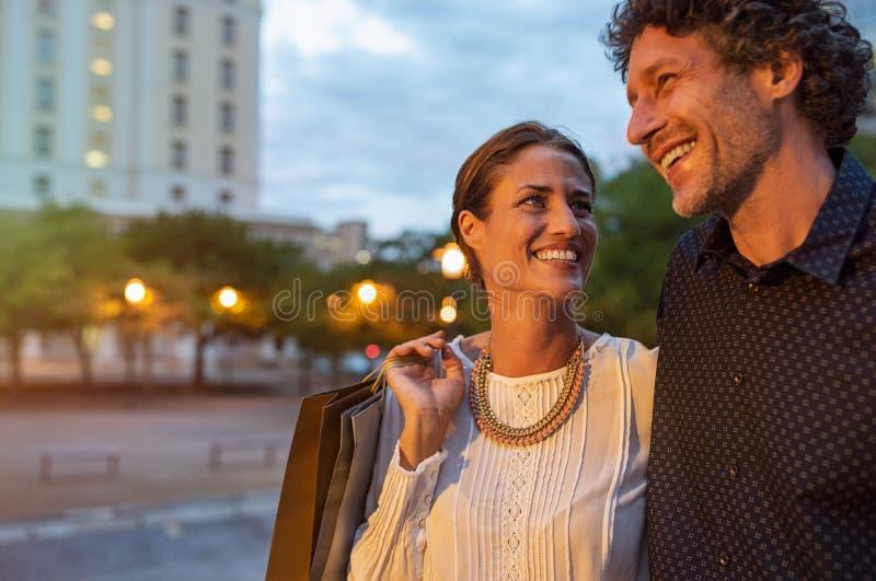 Reife Paare, die das Einkaufen tun lizenzfreie stockbilder
