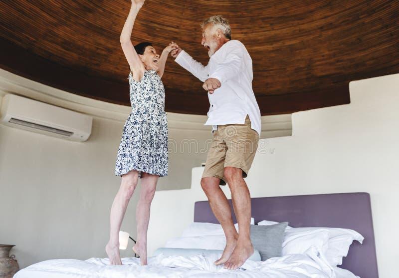 Reife Paare, die an einem Erholungsort Urlaub machen lizenzfreie stockfotos