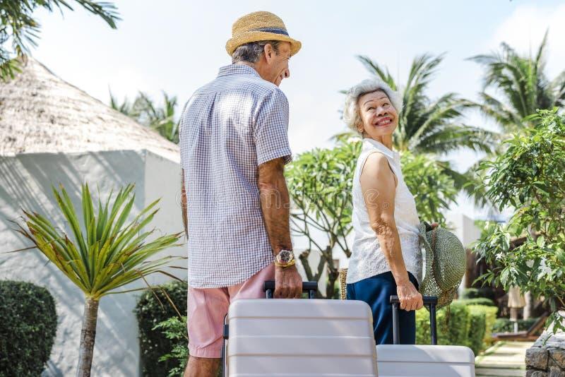 Reife Paare, die an einem Erholungsort Urlaub machen stockfotografie