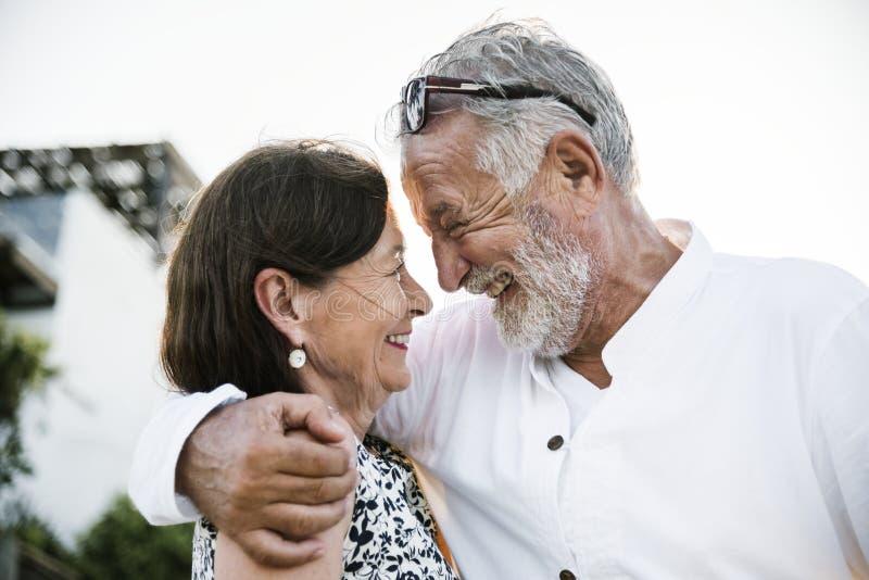 Reife Paare, die an einem Erholungsort Urlaub machen lizenzfreies stockbild