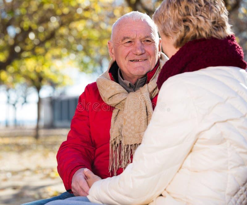 Reife Paare, die im Park sprechen stockfotos