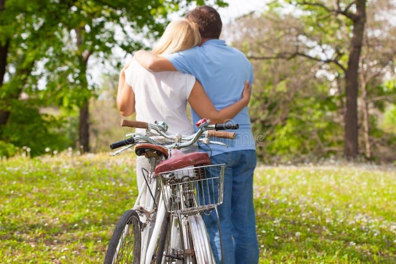 Reife Paare, die im Park umarmen stockfotografie