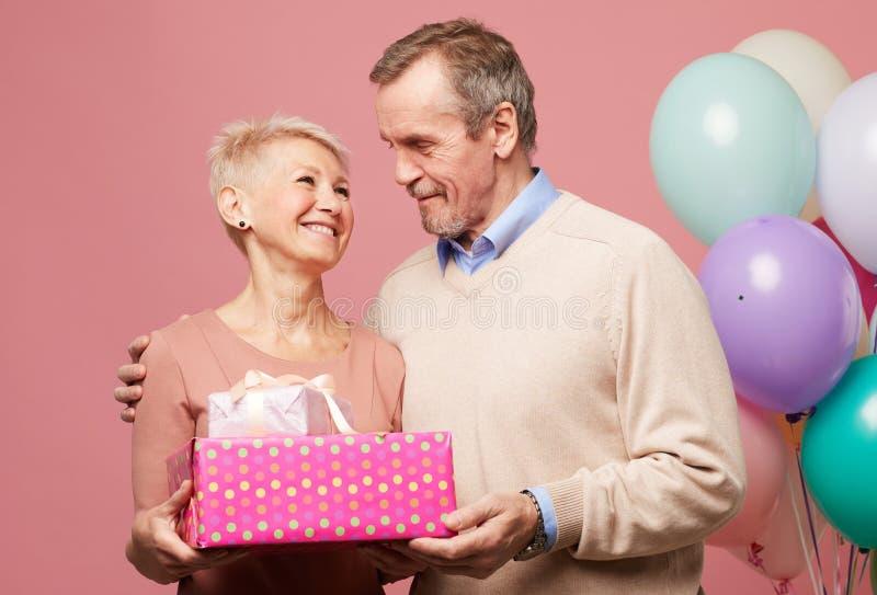 Reife Paare, die Jahrestag feiern stockfotos