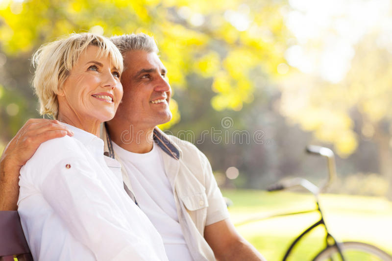 Reife Paare draußen lizenzfreies stockbild