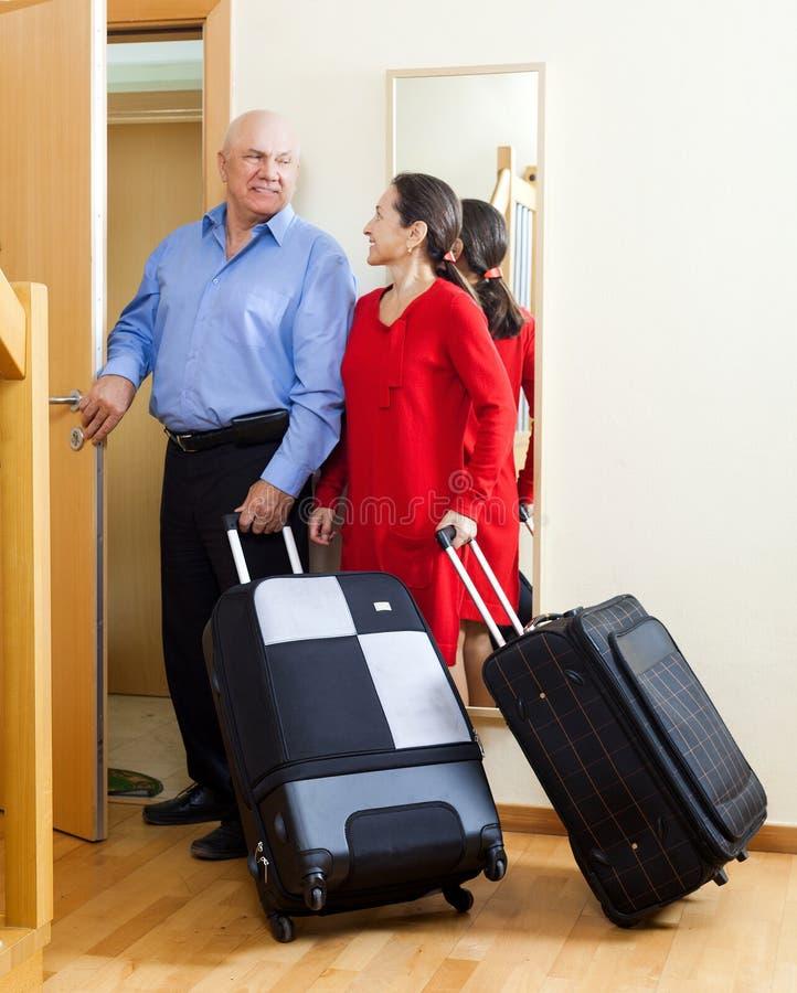 Reife Paare zusammen mit Koffern lizenzfreies stockfoto