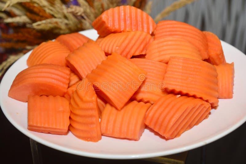 Reife Papaya geschnitten auf Platte lizenzfreies stockfoto