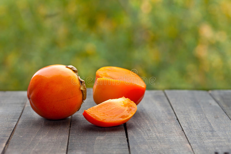 Reife Persimonekakipflaumenbaumfrüchte lizenzfreie stockfotos