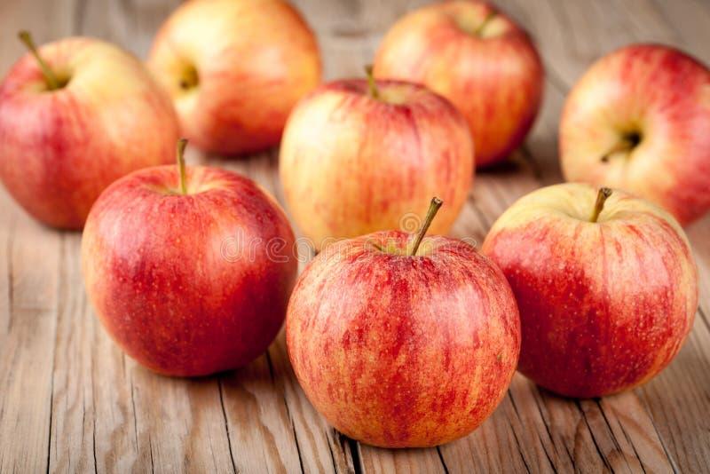 Reife rote Äpfel auf Holztisch lizenzfreies stockbild