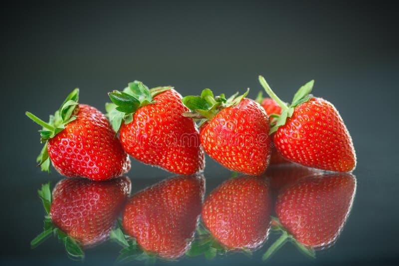 Reife rote Erdbeeren stockfotografie