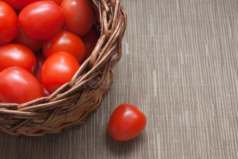 Reife rote Gemüsetomaten in einem Korb stockbilder