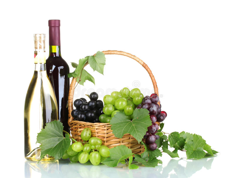 Reife rote Trauben und Wein im Korb lizenzfreie stockfotografie