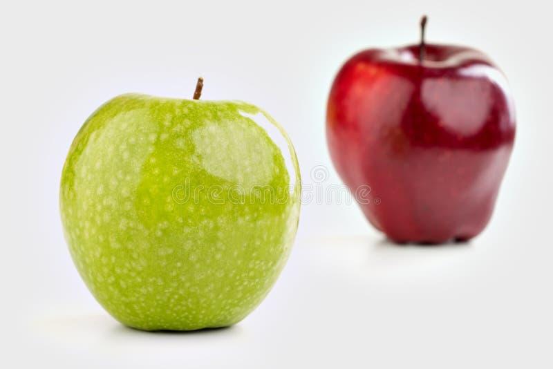 Reife rote und grüne Äpfel auf weißem Hintergrund stockfotografie