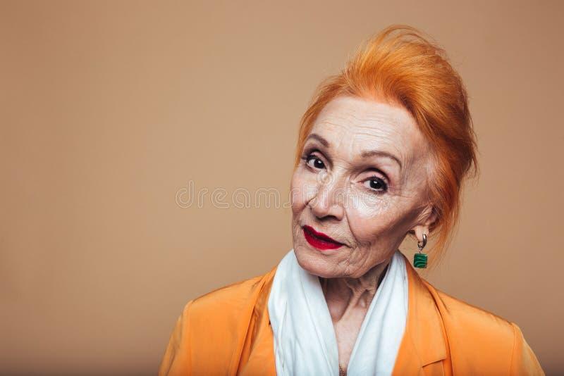 Download Reife Rothaarigemode-Frauenstellung Lokalisiert Am Studio Stockfoto - Bild von portrait, freundlich: 96933674