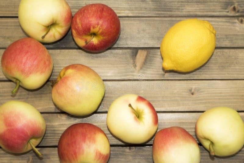 Reife saftige Äpfel auf Holztisch, Draufsicht stockfotos
