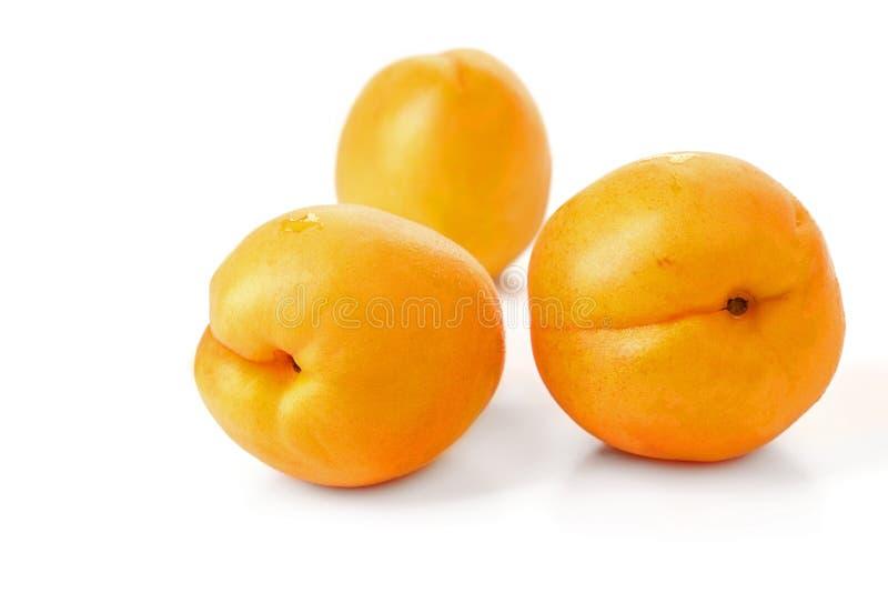 Reife saftige gelbe Aprikosen auf einer weißen Tabelle lizenzfreies stockfoto