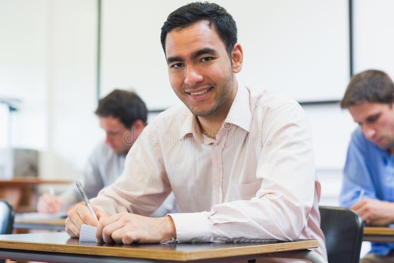 Reife Studenten, die Kenntnisse im Klassenzimmer nehmen stockfotos