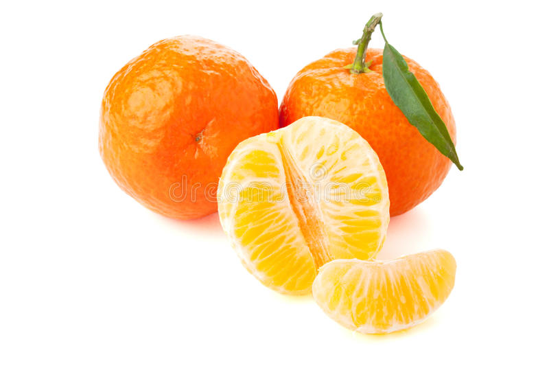 Reife Tangerinen mit grünem Blatt stockfotos