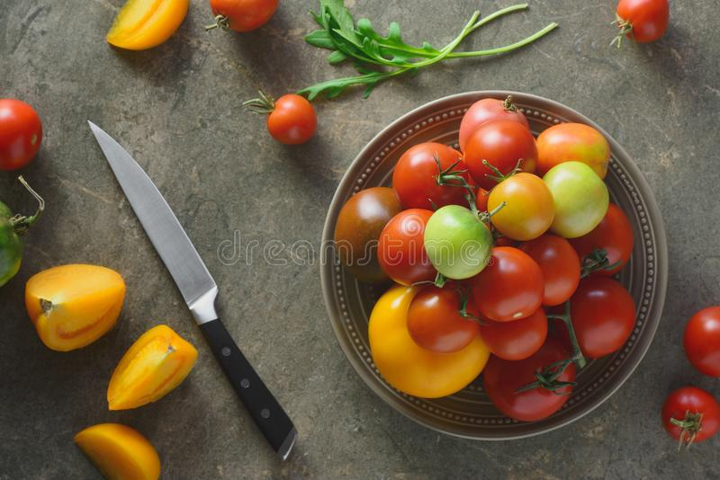 Reife Tomaten auf einer Steintabellenküchenoberfläche, Draufsicht stockfoto