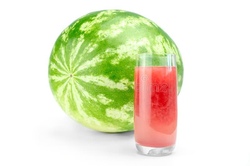 Reife Wassermelone und Glas frischer Saft lokalisiert auf weißem Hintergrundausschnitt lizenzfreie stockfotografie