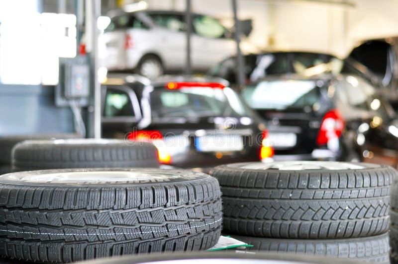 Reifenänderung in einer Garage - Nahaufnahmereifenschritt - stapeln Sie Reifen für s lizenzfreies stockbild