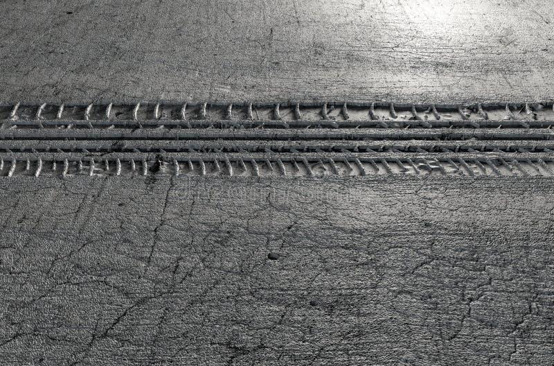 Reifen-Bahn im Boden lizenzfreie abbildung
