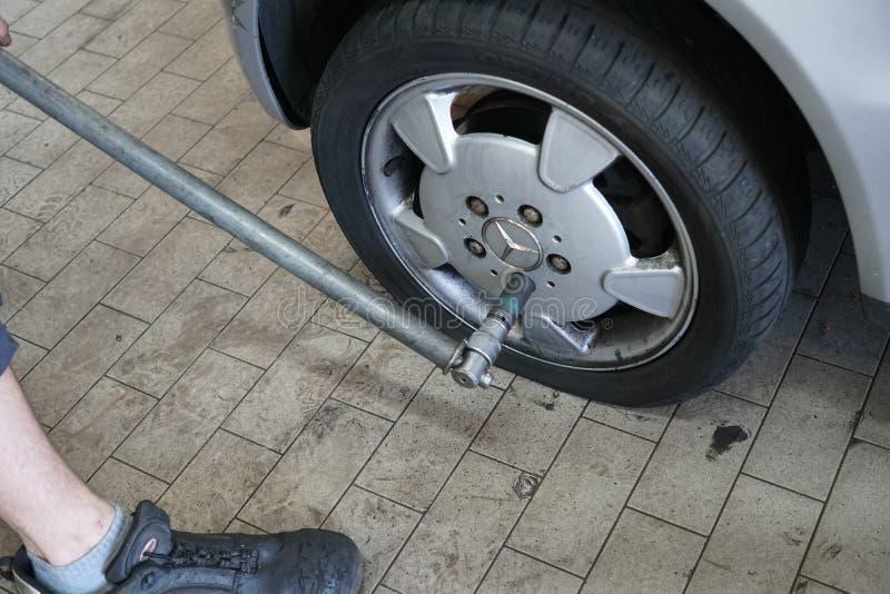 Reifen, der am Autoservice ändert lizenzfreies stockbild