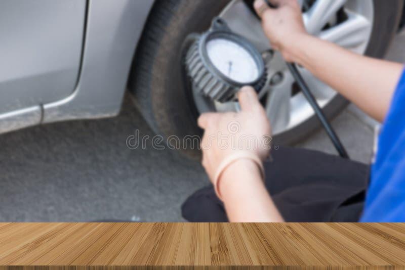 Reifen-Luftpumpe Mechanikerholdingmessgerät für Autoreifendruck meas lizenzfreies stockbild