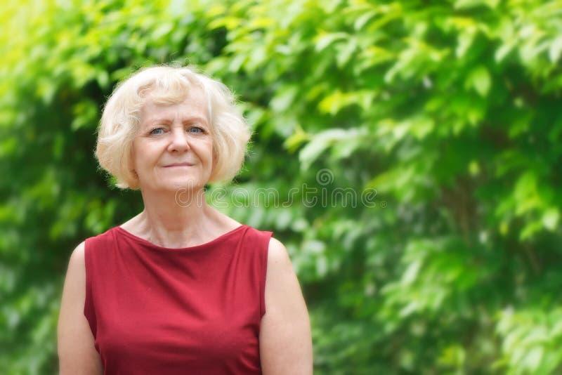 Reife Blondine In Heißem Kleid