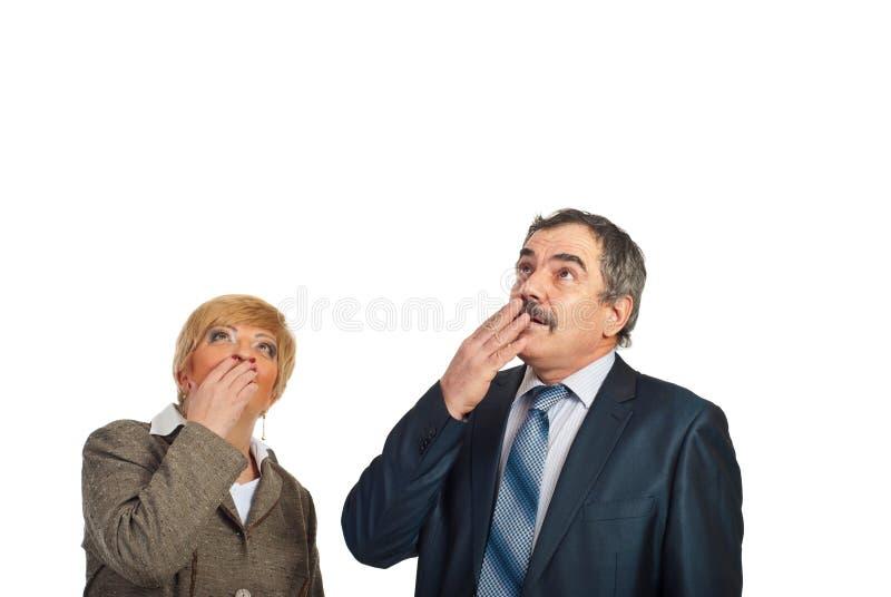 Reifen Sie die überraschten Geschäftsleute, die oben schauen, um zu kopieren lizenzfreie stockfotos