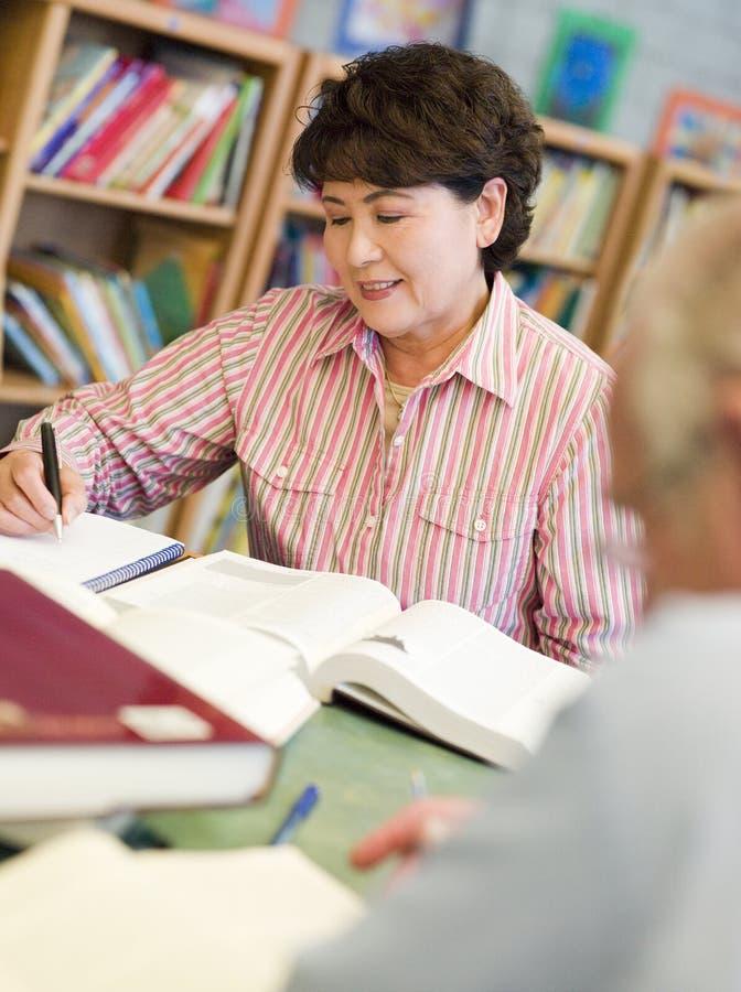 Reifen Sie die Kursteilnehmer, die in der Bibliothek studieren lizenzfreies stockbild