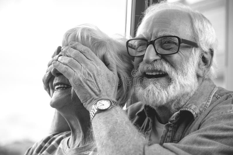 Reifen Sie lächelnde schließend Augen des Mannes der lachenden Frau stockbild
