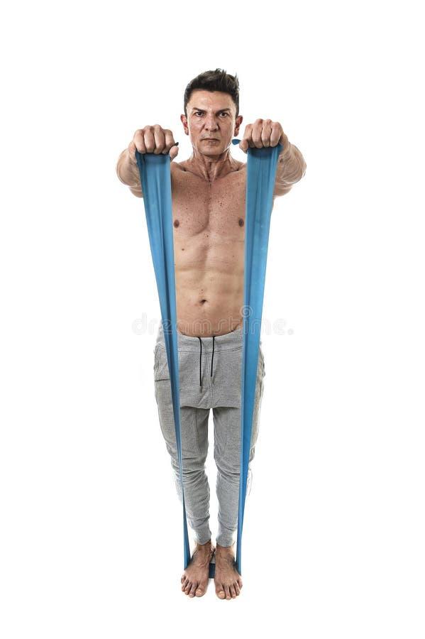 Reifen Sie Mann des athletischen Sports mit dem Bodybuilder, der stark sind und dem geeigneten Körpertraining, das Übungen mit el stockfotos