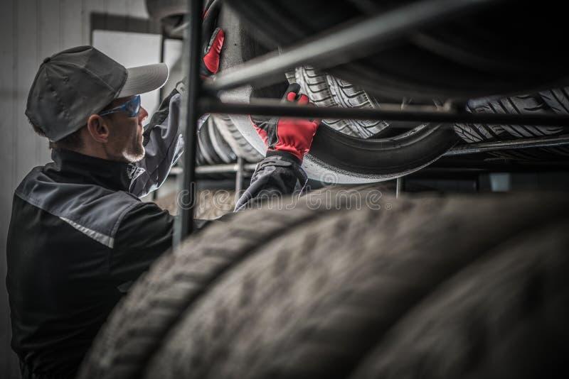 Reifen-Speicher-Arbeitskraft lizenzfreie stockfotos