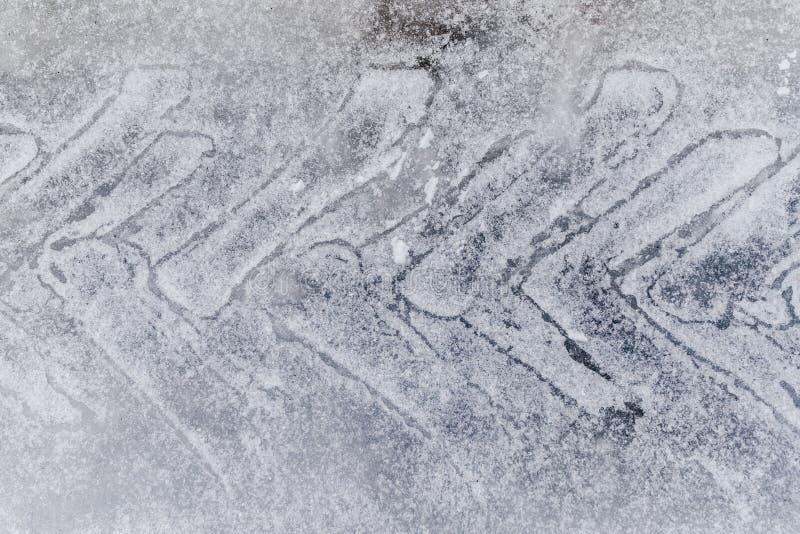 Reifenbahn auf Schnee Schutz auf Eisstraße stockbild