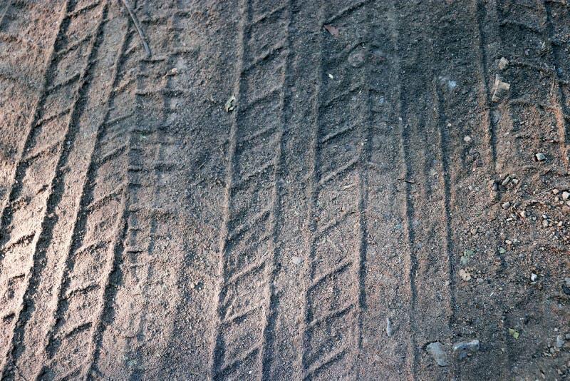 Reifenbahnen auf Sand im braunen Ton Abstrakter Hintergrund und Muster lizenzfreies stockbild