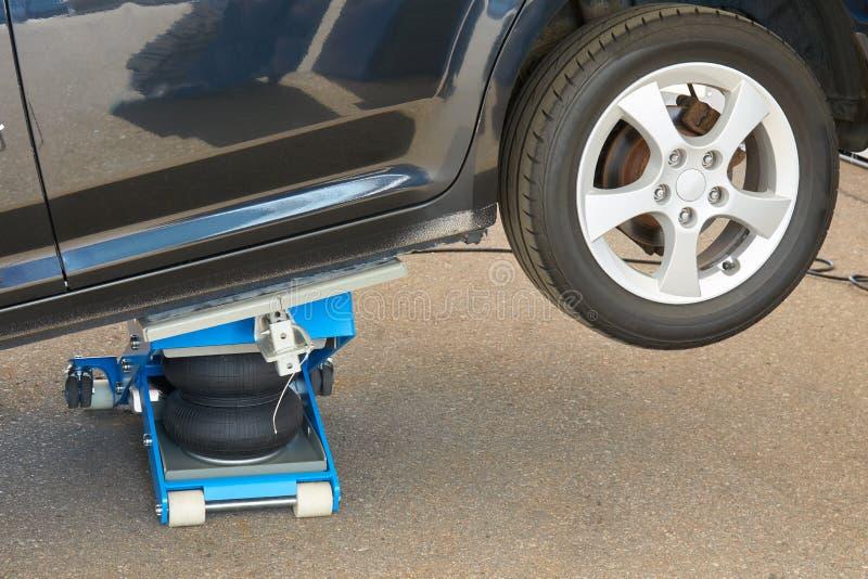 Reifeninstallation mit pneumatischer Steckfassung stockfotos