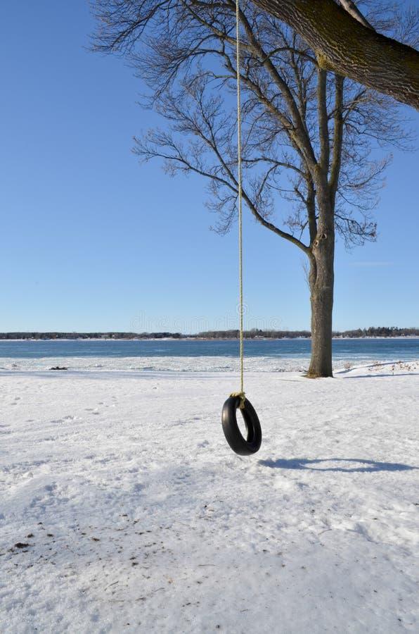 Reifenschwingen im Winter lizenzfreie stockbilder