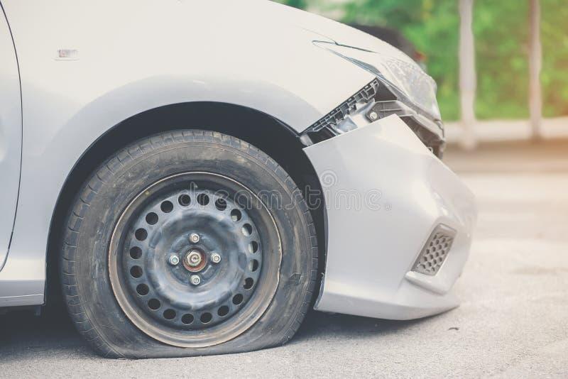 Reifenverschlechterung ist die Ursache des Unfalles stockfotografie