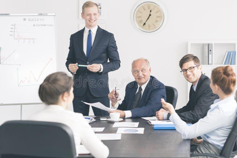 Reifer CEO, der seine Manager trifft lizenzfreie stockbilder